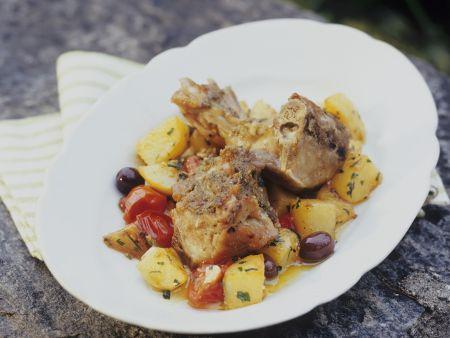 Zicklein mit Kartoffeln, Oliven und Tomaten