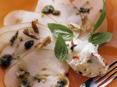 Ziegenfrischkäse mit Olive und Nüssen auf Birnen-Fächer