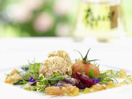 Ziegenfrischkäsekrapfen auf Salat mit Tomatenrapsölmarinade