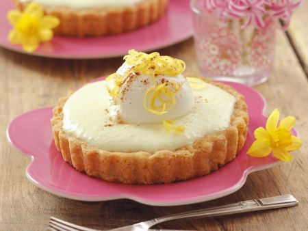 Zitronige Frischkäse-Törtchen mit Joghurtbällchen