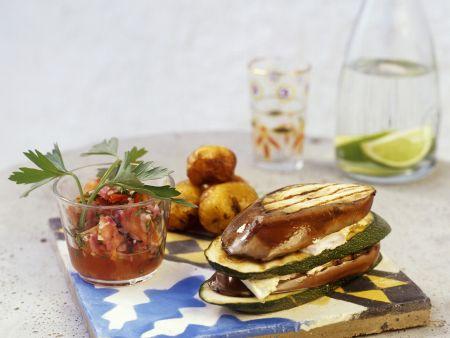Zucchini-Auberginen-Sandwich mit Frischkäse und Tomatendip