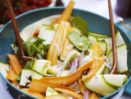 Zucchini-Möhren-Salat mit Zwiebeln