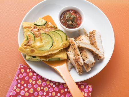 Zucchini-Omelett mit Putenbrust und Tomatendip
