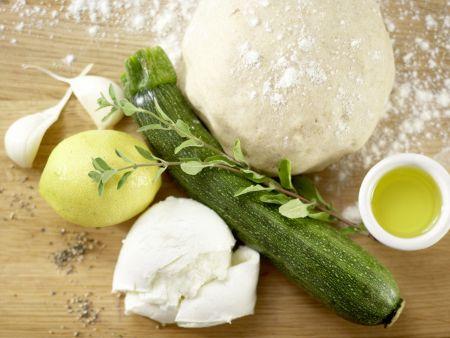 Zucchini-Pizza mit Mozzarella: Zubereitungsschritt 1