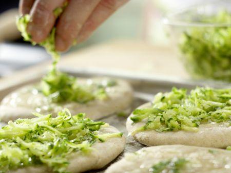 Zucchini-Pizza mit Mozzarella: Zubereitungsschritt 8