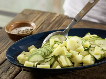 Zucchini-Salat mit gebratenem Käse: Zubereitungsschritt 2
