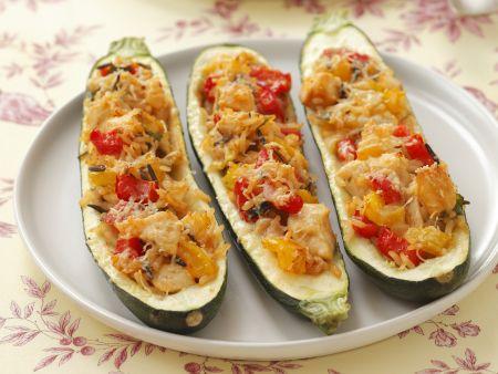 Zucchini-Schiffchen mit Huhn, Reis und Paprika