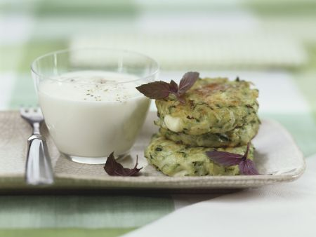 Zucchiniküchlein mit Joghurtdip