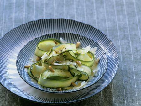 Zucchinisalat mit gehobeltem Parmesan und Pinienkernen