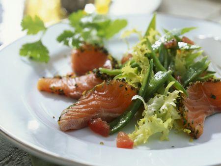 Zuckerschotensalat mit gebeiztem Lachs