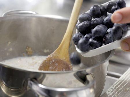 Zwiebackbrei mit Heidelbeeren: Zubereitungsschritt 3