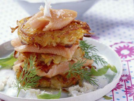 Zwiebel-Kartoffel-Puffer mit Lachsforelle und Meerrettich