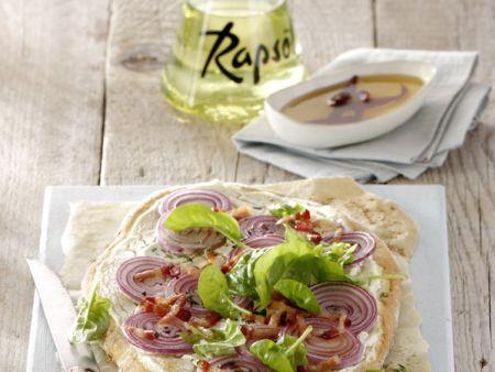 Zwiebelpizza mit Spinat und Chiliöl