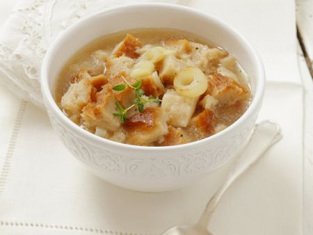 Zwiebelsuppe mit Brot