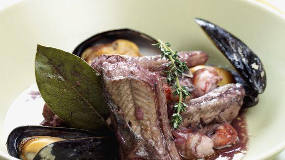 Rezept: Aal mit Rotwein mariniert dazu Muscheln