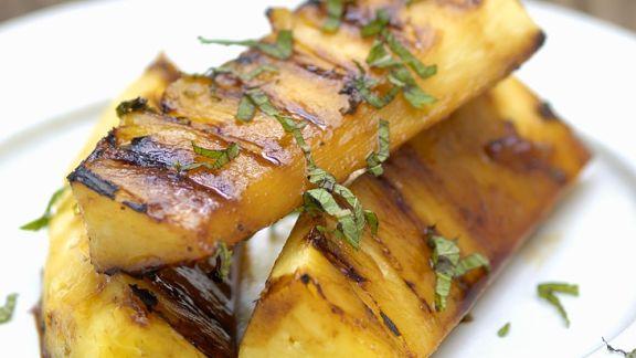 Rezept: Ananas mit Basilikum vom Grill