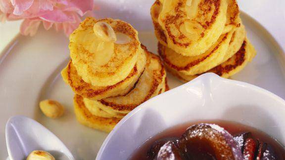 Rezept: Apfelküchlein mit Mandelblättchen und Zwetschgenkompott