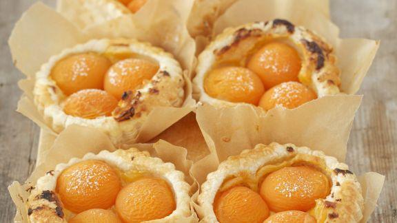 Rezept: Aprikosen-Vanille-Törtchen aus Blätterteig