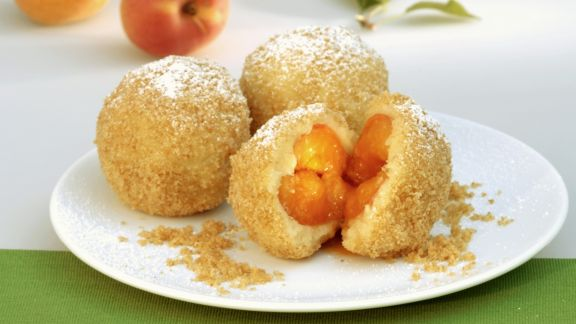 Rezept: Aprikosenknödel mit Semmelbröseln