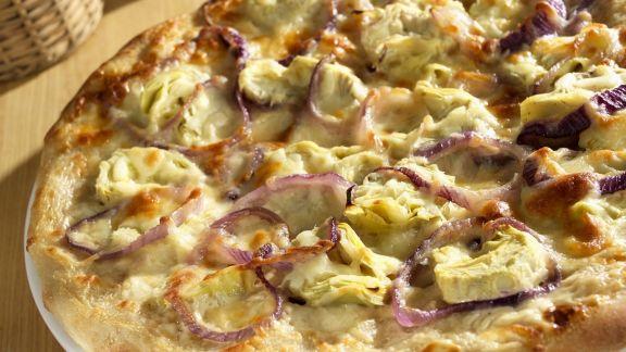 Rezept: Artischocken-Pizza mit roten Zwiebeln