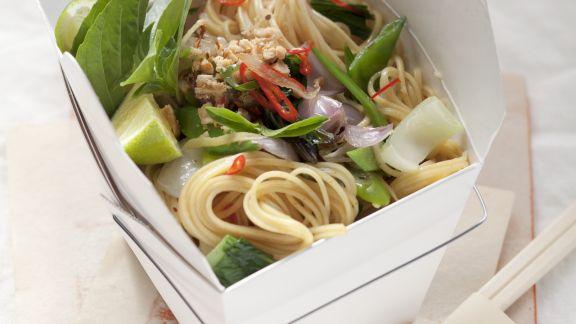 Rezept: Asia-Nudeln mit Pak Choy, Chiliringen und Erdnüssen