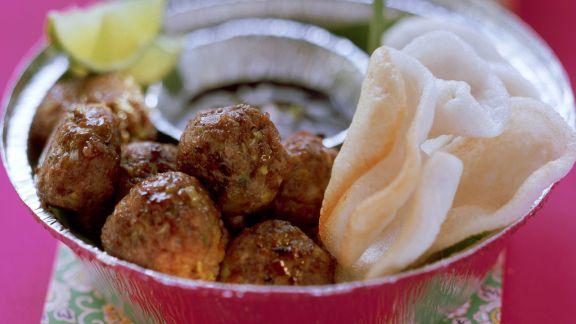 Rezept: Asiatische Fleischbällchen mit Krupuk-Chips