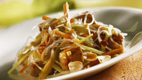 Rezept: Asiatische Glasnudelpfanne mit Schweinefilet und Erdnüssen