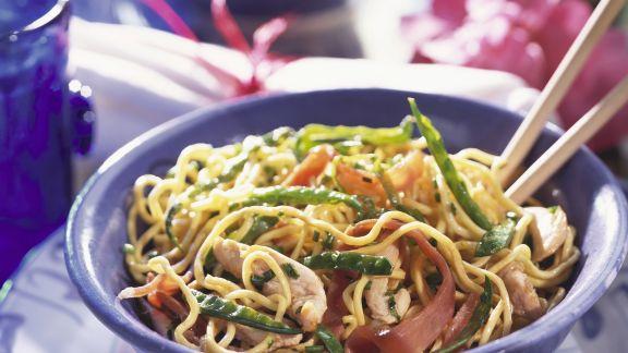 Rezept: Asiatische Nudeln mit Gemüse und Hühnchen