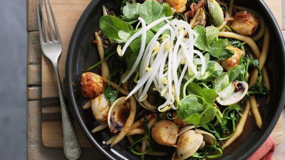 Rezept: Asiatische Nudeln mit Muscheln und Sprossen