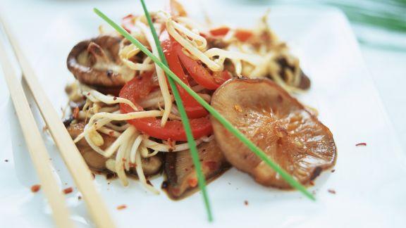 Rezept: Asiatische Nudeln mit Paprika, Sprossen und Shiitakepilzen