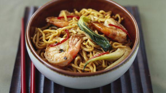 Rezept: Asiatische Nudelpfanne mit Gemüse und Garnelen