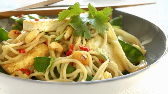 Rezept: Asiatische Nudelpfanne mit Tofu, Zuckerschoten und Knoblauch