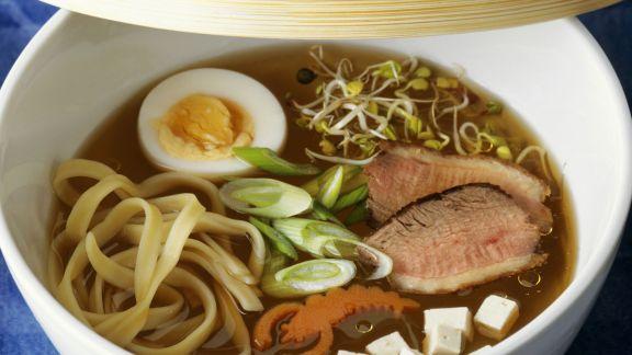 Rezept: Asiatische Nudelsuppe mit Entenbrust und Ei