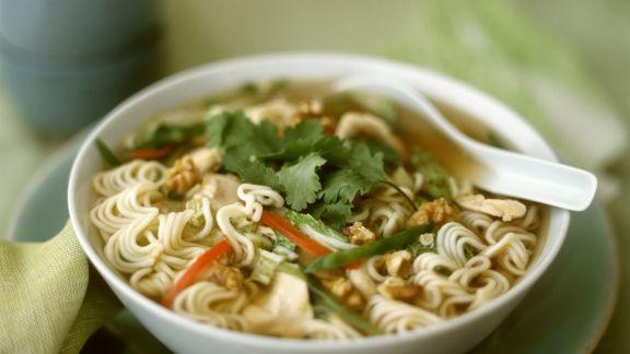 Rezept: Asiatische Nudelsuppe mit Hähnchen und Nüssen