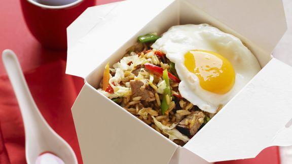 Rezept: Asiatische Reispfanne mit Schwein und Spiegelei