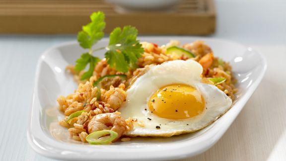 Rezept: Asiatische Reispfanne mit Shrimps und Spiegelei