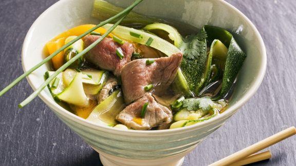 Rezept: Asiatische Rindfleischsuppe mit Gemüse