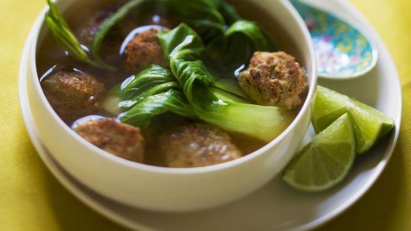 Rezept: Asiatische Suppe mit Paksoi und Hackbällchen