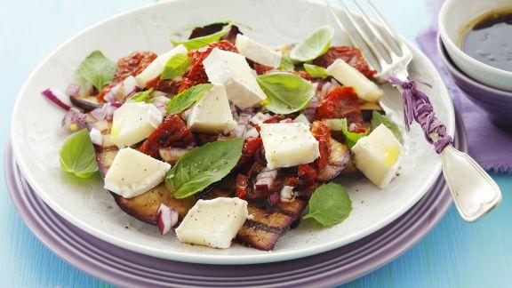 Rezept: Aubergine vom Grill mit getrockneten Tomaten und Ziegenkäse