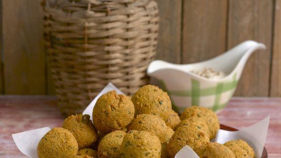Rezept: Ausgebackene Linsenbällchen mit Erdnusssoße