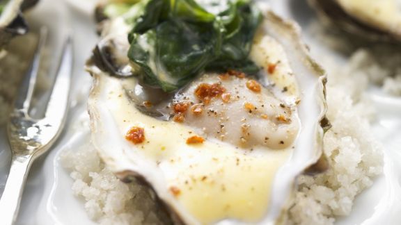 Rezept: Austern auf Spinat mit würziger Hollandaise