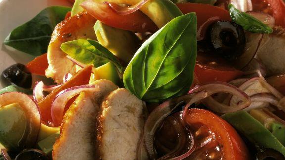 Rezept: Avocado-Hähnchen-Salat mit Zwiebeln und Oliven