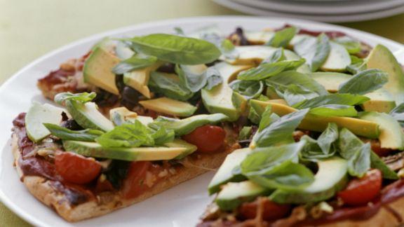 Rezept: Avocado-Pizza mit Tomaten und Basilikum