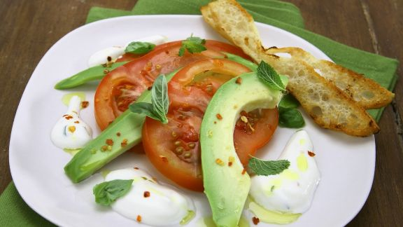 Rezept: Avocado-Tomaten-Salat mit Joghurtsoße und geröstetem Brot