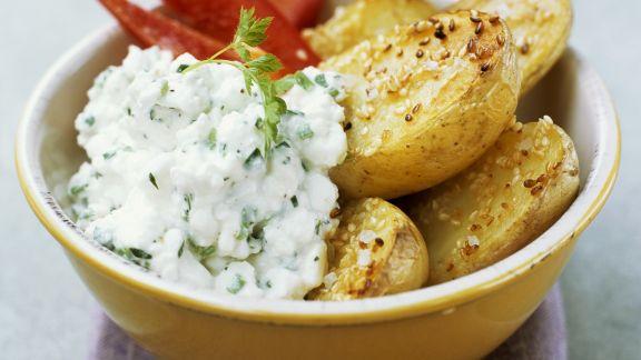 Rezept: Backkartoffeln mit Sesam dazu Hüttenkäse