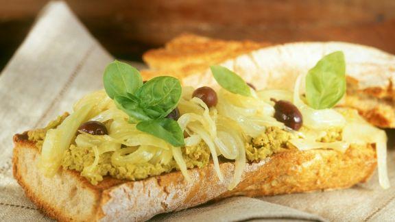 Rezept: Baguette mit Olivenaufstrich, Oliven und Zwiebeln