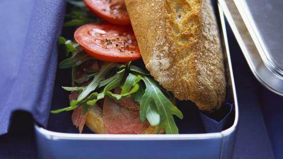 Rezept: Baguettebrötchen mit Pastrami, Rucola und Tomaten