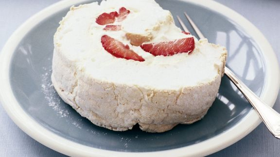 Rezept: Baiser-Roulade mit Erdbeeren