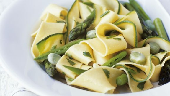 Rezept: Bandnudeln mit grünem Spargel, Zucchini und Bohnen