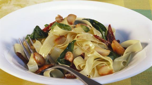 Rezept: Bandnudeln mit Spinat und Macadamianüssen